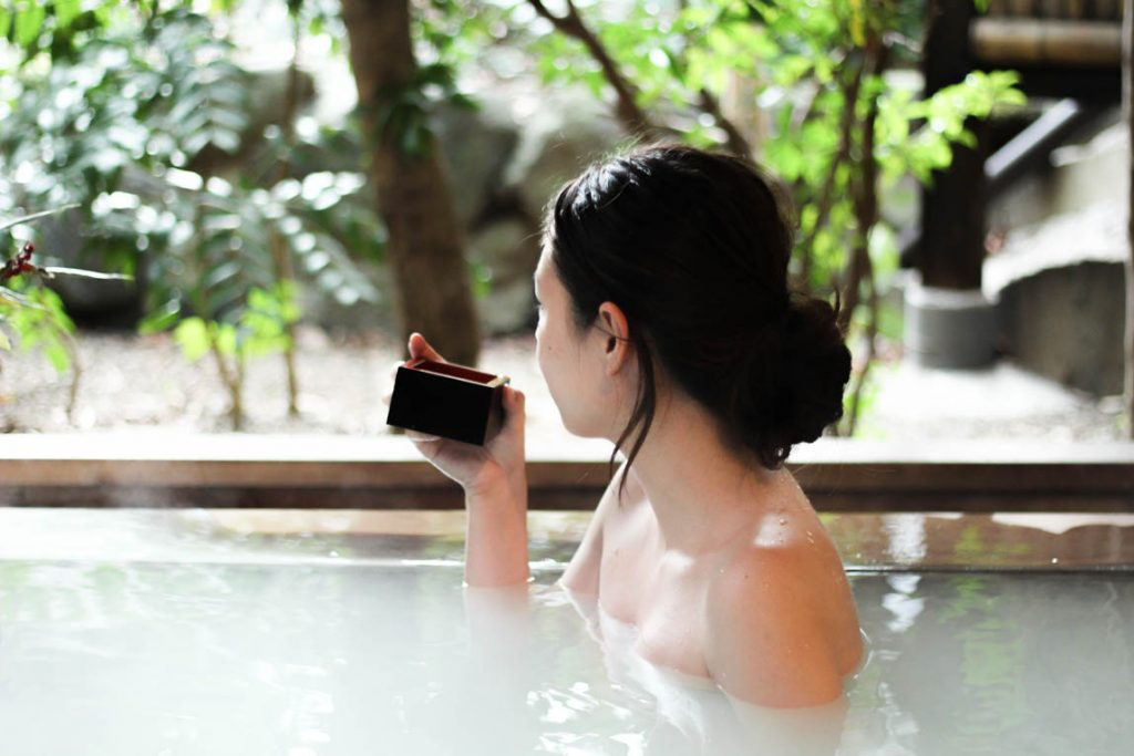 露天風呂で日本酒を