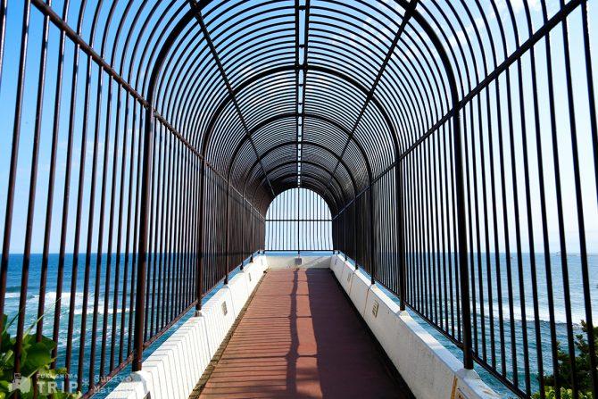 突き出した展望台から海を一望できる絶景ポイント「三崎潮見台」