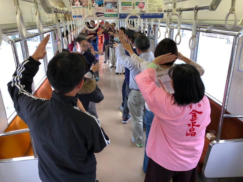 参加者みんなで動く電車内を踊り歩き