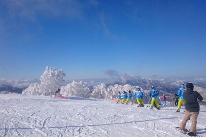 福島駅からゲレンデまで、バスでたったの1時間。山と湖を見下ろす絶景とパウダースノーが楽しめるスキー場 Blue Resort MINOWA